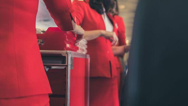 Стюардессы с тележкой с едой на борту самолета  - Sputnik 日本