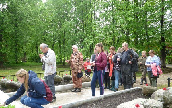 メドベージ村で死去した日本人捕虜の慰霊碑を前に黙祷が捧げられる 2019年5月 - Sputnik 日本