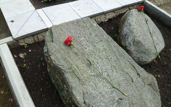 見つかった12人の日本人捕虜の墓石の1つ - Sputnik 日本