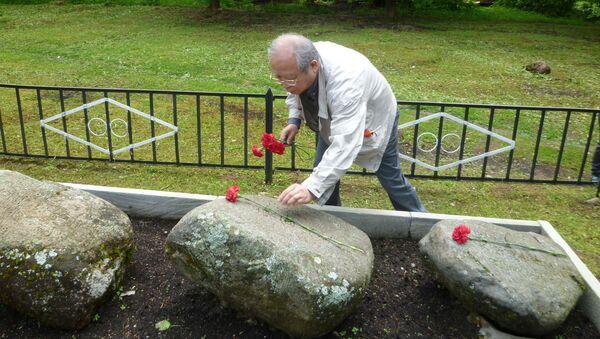 日本人捕虜の墓石に献花する藻利佳彦氏、2019年5月、メドベージ村 - Sputnik 日本
