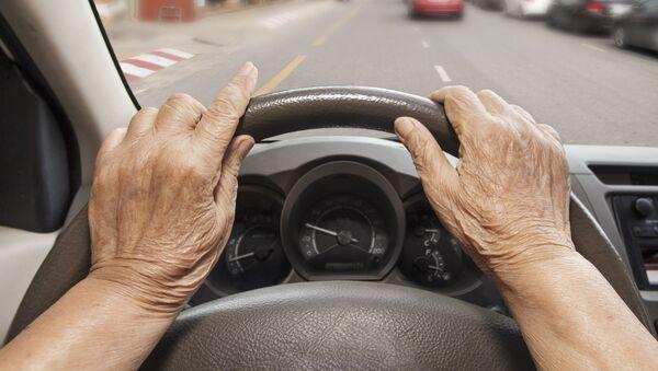 車を運転している高齢の方 - Sputnik 日本
