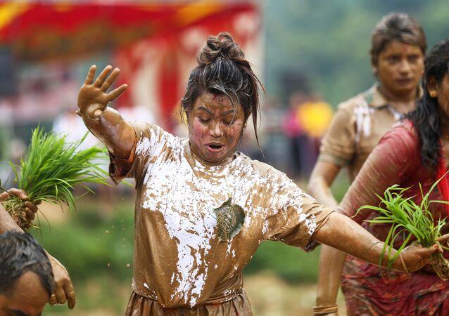 田植え祭りではしゃぐ女性