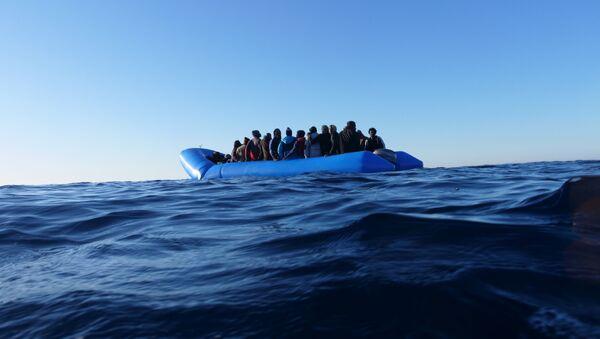 Мигранты с судна Mare Jonio у берегов Италии - Sputnik 日本