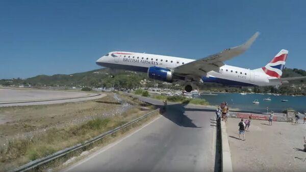 英航空便、着陸時にあわや観光客に激突 - Sputnik 日本