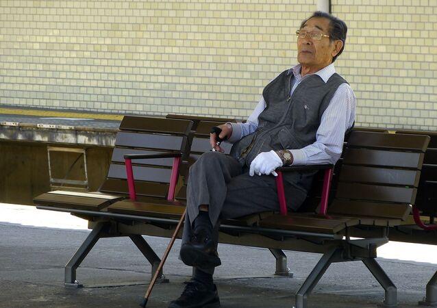 ベンチで休んでいる高齢者