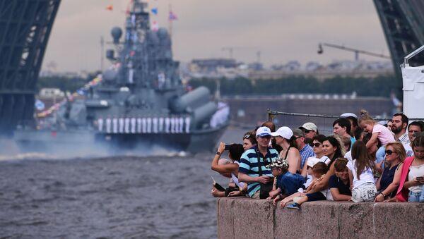 ロシア最大の海軍パレードに参加した艦船を観覧する人々 サンクトペテルブルク - Sputnik 日本