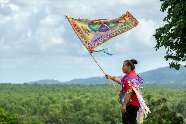 ギアナの先住民の国際デーに旗を振る女性 - Sputnik 日本