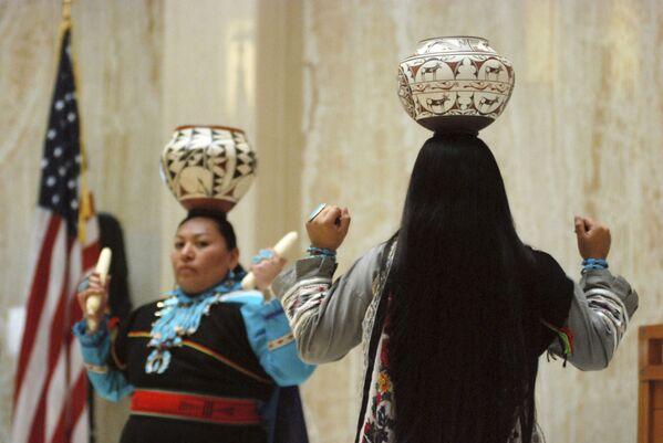 頭に陶器の壺をのせて踊る米ニューメキシコ州に住むアメリカンインディアンの一族、ズニ族 - Sputnik 日本