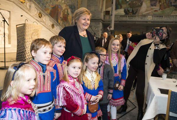 サーミ族の日にサーミ族の民族衣装を着た子どもたちに囲まれる政治家 エルナ・ソルベルグ氏 - Sputnik 日本