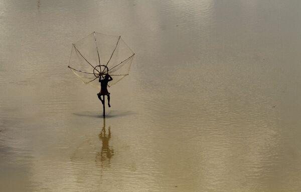 竹の棒の上で手作りの漁網を使った漁の準備をするインドの農民 - Sputnik 日本