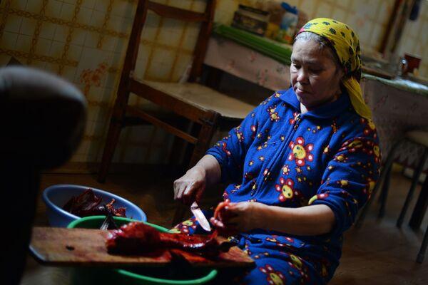 ロシアのハンティ・マンシ自治管区で食事の支度をするハンティ人の女性 - Sputnik 日本