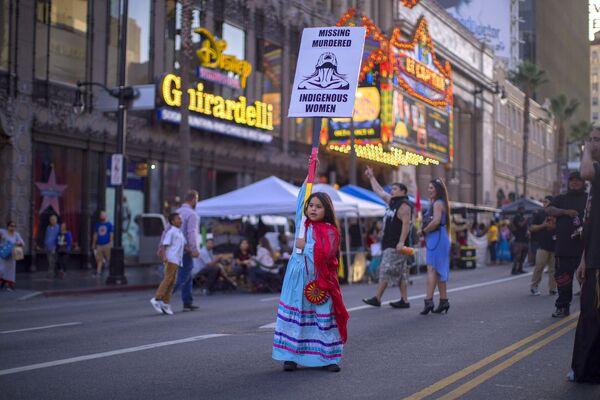 先住民族の日のお祝いにハリウッド大通りでプラカードを掲げて歩く少女、米ロサンゼルス  - Sputnik 日本
