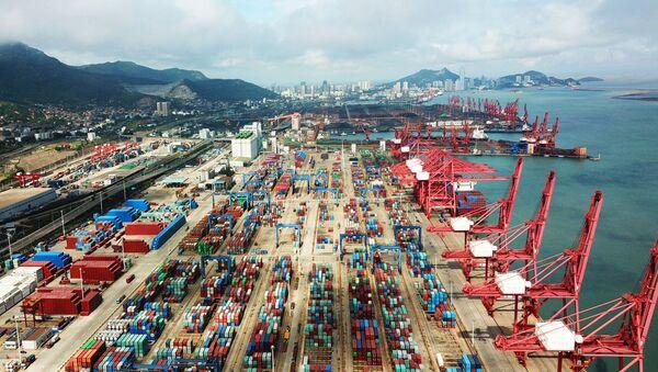 Контейнеры в порту в Ляньюньгане, Китай - Sputnik 日本