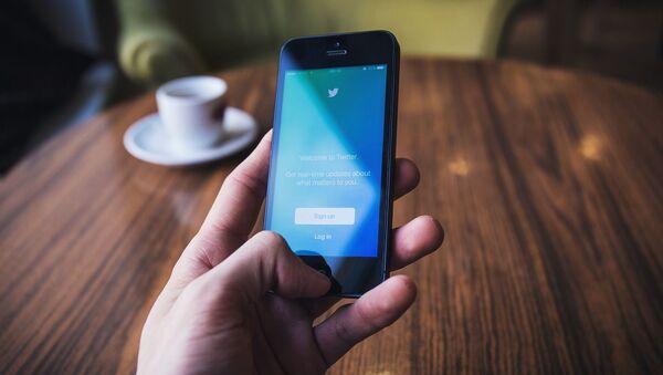 Приложение Twitter на экране телефона - Sputnik 日本