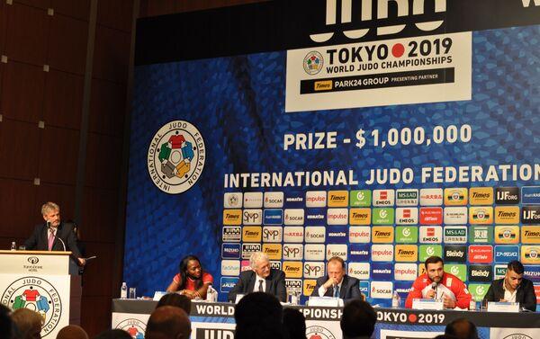 国際柔道連盟の代表ら、左からクラリス・アグベニュー選手、 マイクを握るのはヴァルラーム・リパルテリアニ選手、その右にファビオ・バシレ選手 - Sputnik 日本