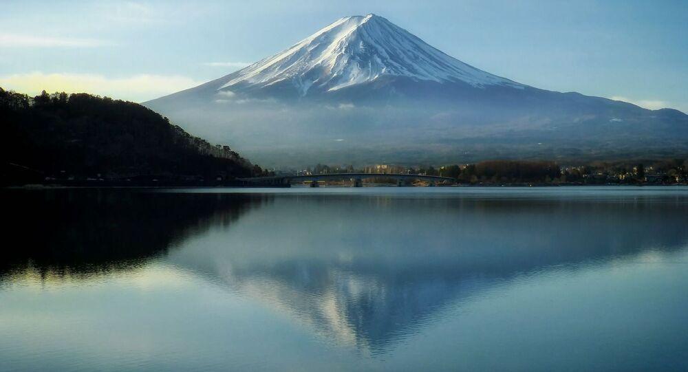 富士山で初冠雪を再観測 半月前にいったん発表も取り消し