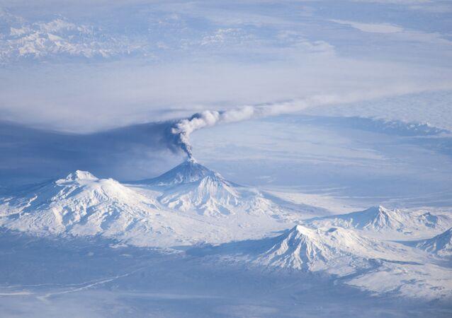 カムチャツカ半島クリュチェフスカヤ火山 6000メートルの噴煙
