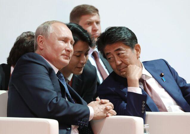 安倍首相とプーチン大統領(東方経済フォーラム)