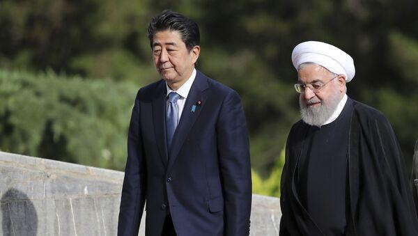 Премьер-министр Японии Синдзо Абэ и президент Ирана Хасан Рухани во время официальной церемонии прибытия во дворец Саадабад в Тегеране, Иран - Sputnik 日本