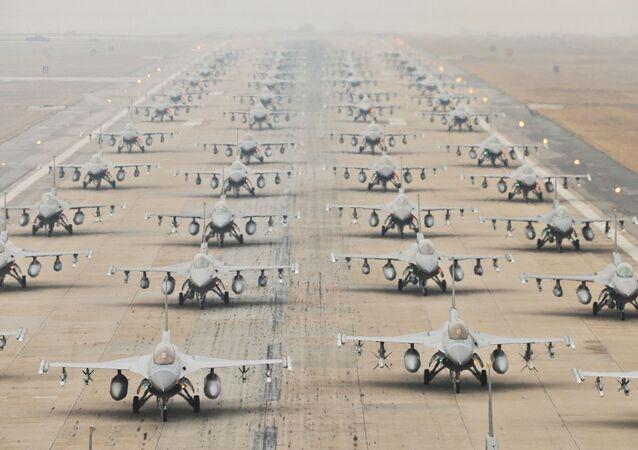 米軍のF16