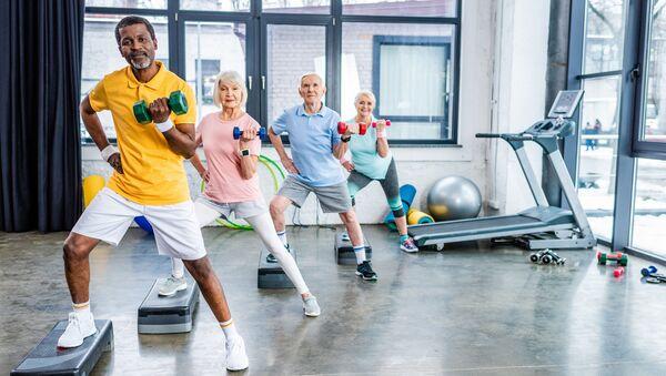 Пожилые люди тренируются в спортивном зале - Sputnik 日本