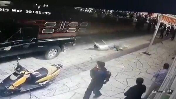 不満を持つ住民たちが市長をロープで車に縛りつけて引きずりまわす メキシコ - Sputnik 日本