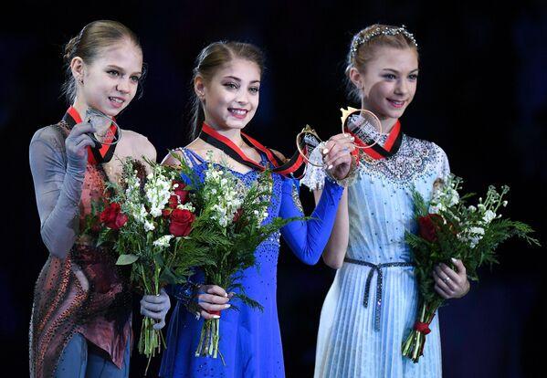 アレクサンドラ・トルソワ選手と アリョーナ・コストルナヤ選手、アリョーナ・カニシェワ選手 ジュニアGPファイナルでの表彰式 バンクーバー - Sputnik 日本