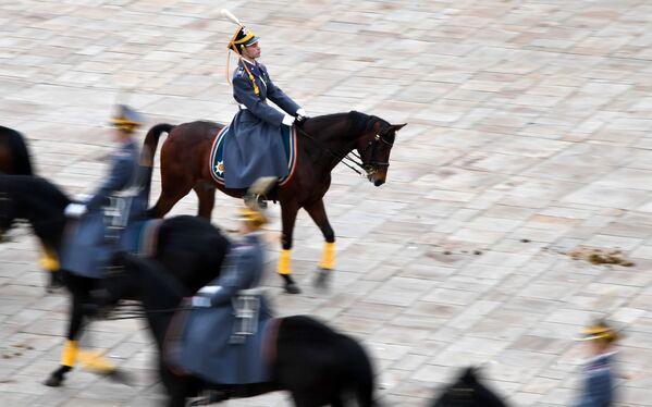 大統領連隊の隊員、歩兵と騎馬兵による衛兵交代式 - Sputnik 日本