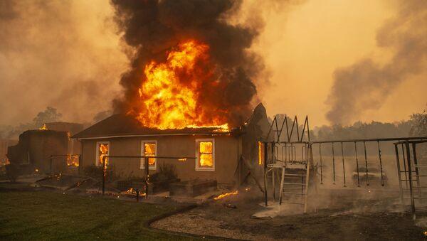 カリフォルニア山火事 数万人に避難命令 - Sputnik 日本