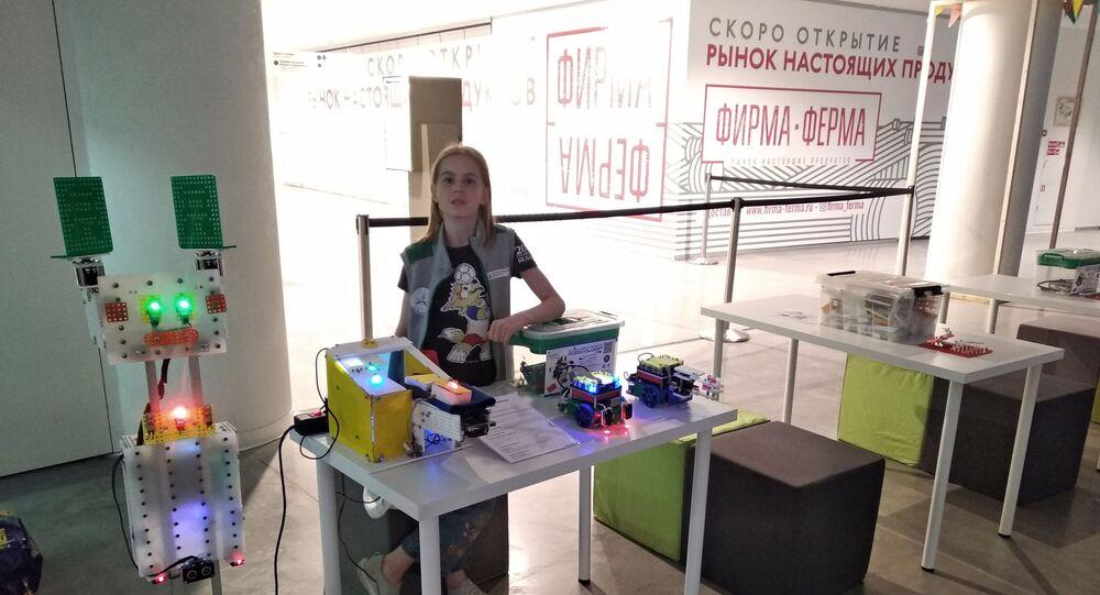 ロシアの女生徒 外傷負った腕のリハビリ機器を開発