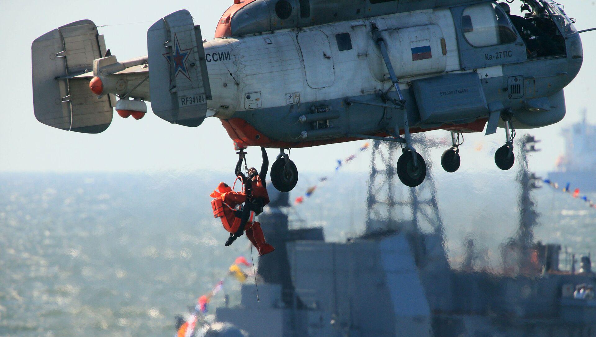 Морской поисково-спасательный вертолет Ка-27ПС во время генеральной репетиции парада, посвященного Дню Военно-морского флота РФ в Балтийске - Sputnik 日本, 1920, 24.09.2021
