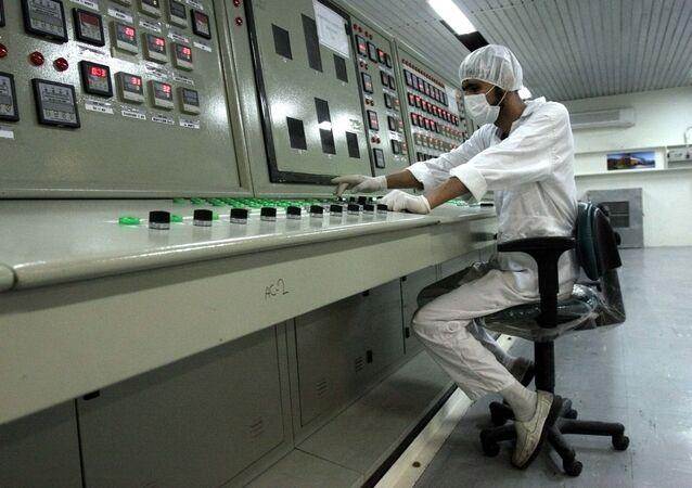 イラン議会 核開発再開の法案を採択