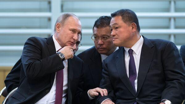 プーチン露・大統領(左)浅井日本サンボ連盟副会長(中央)山下全日本柔道連盟副会長(右) - Sputnik 日本