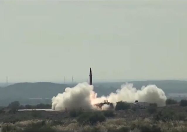パキスタン、核弾頭搭載可能な短距離弾道ミサイルの発射試験【動画】