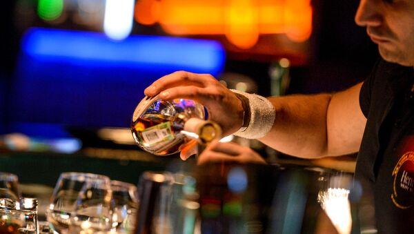 Бармен разливает напитки, стоя за барной стойкой в клубе - Sputnik 日本