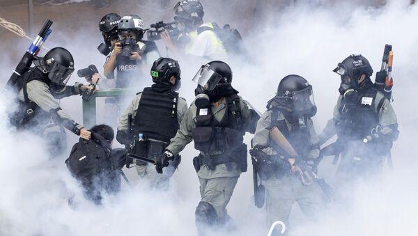 Задержание протестанта полицией в Гонконге - Sputnik 日本