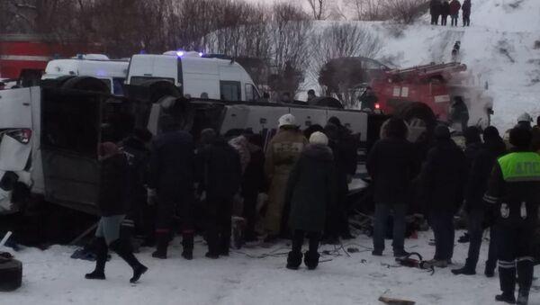 ロシアで観光バス転落事故 死者19人に - Sputnik 日本