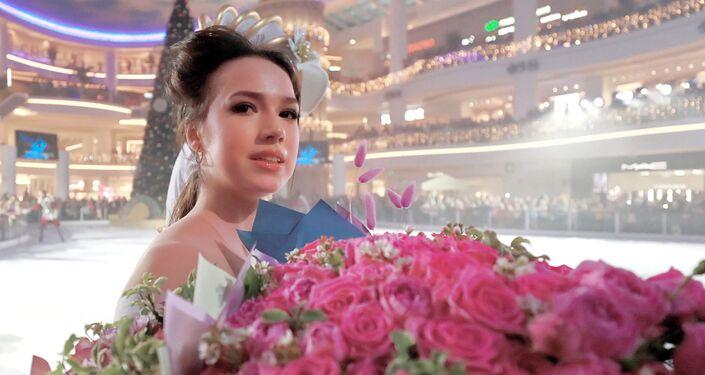 演技終了後、バラの花束を手にするザギトワ選手