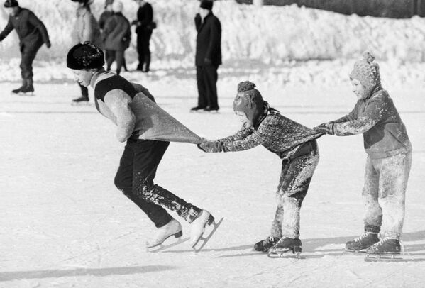 つかまり合いながら滑る子どもたち 1976年 - Sputnik 日本