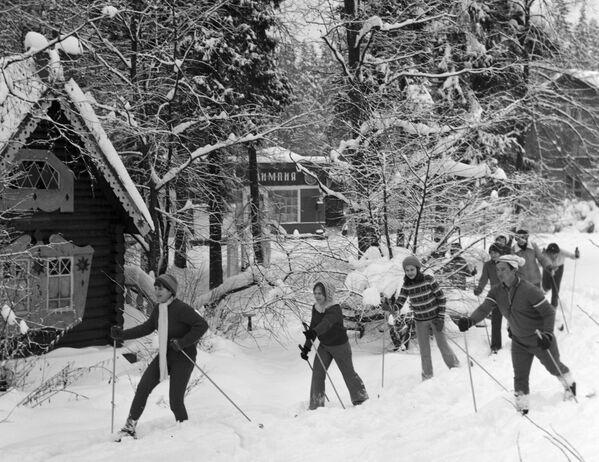 冬のキャンプで スキー散歩 1979年 - Sputnik 日本