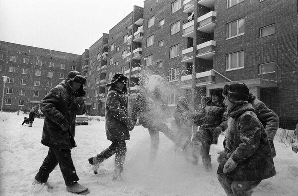 家の前で雪遊びをする少年たち トリヤッチにて 1973年 - Sputnik 日本