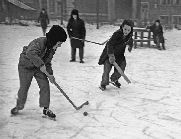ホッケーを楽しむ少年たち 1959年 - Sputnik 日本