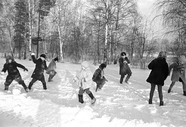 雪合戦をする子どもたち 1969年 - Sputnik 日本