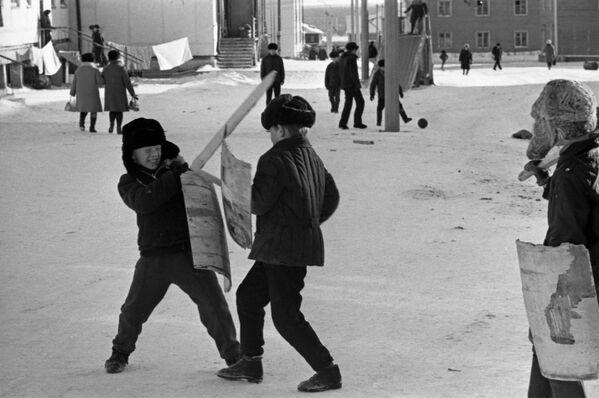 住宅地で遊ぶ子どもたち ヤクーツクにて 1973年 - Sputnik 日本