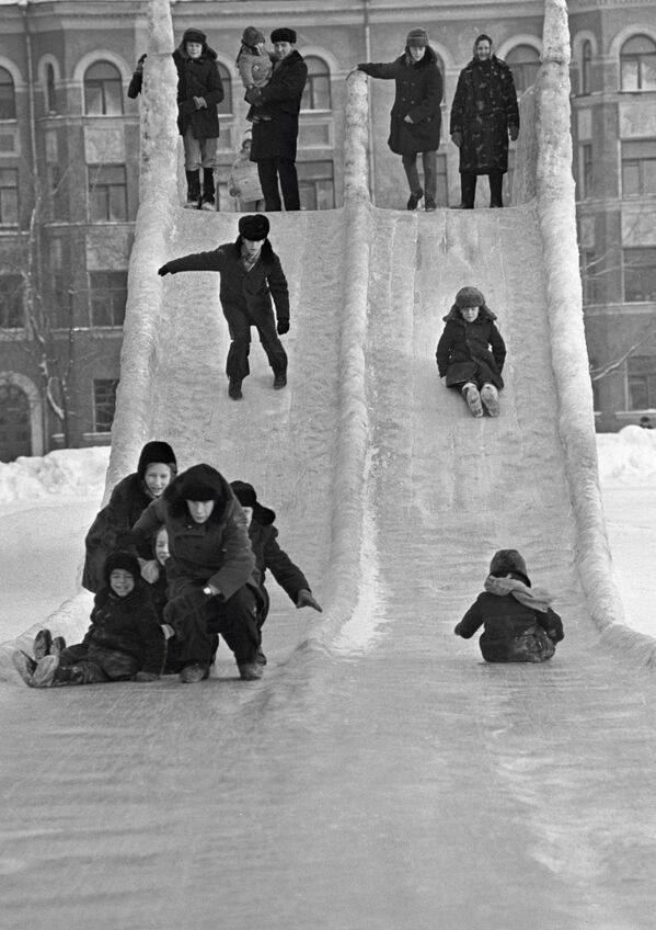 氷の滑り台で遊ぶ子どもたち ペルミにて 1973年 - Sputnik 日本