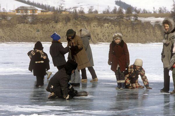 凍ったバイカル湖の上で遊ぶ子どもたち 1988年 - Sputnik 日本