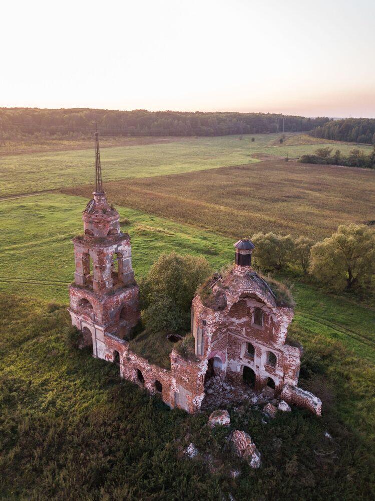廃墟となった教会 ロシアのオリョール州