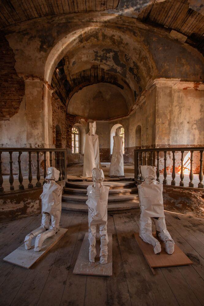 廃墟となった教会 幽霊の彫刻と共に ラトビア