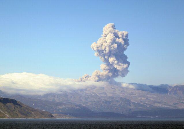 クリル諸島のエベコ火山(アーカイブ写真)