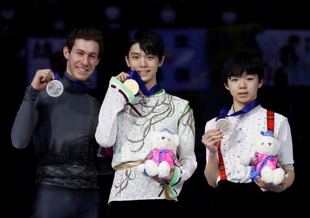 表彰台に上ったジェイソン・ブラウン、羽生結弦、鑰山 優真   ソウルで開催のフィギュア四大陸選手権・男子シングル